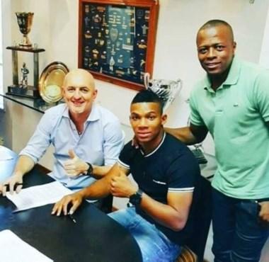 El momento de la firma del contrato de Fabra.