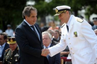 El ministro de Defensa Julio Martínez y el nuevo jefe de la Armada, vicealmirante Marcelo Eduardo Hipolito