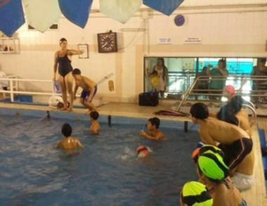 Al agua. Los chicos realizan actividades en el natatorio municipal.