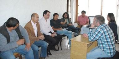 Al fin. Una postal de funcionarios y gremialistas cerrando la negociación salarial en Esquel.