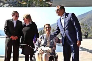 El mandatario anfitrión Rafael Correa saluda afectuosamente a la vicepresidenta argentina.