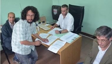 Firma. Gremio y Ejecutivo rubricaron el acuerdo en Trabajo de Esquel.