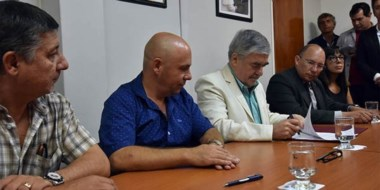 Das Neves, junto a Sastre, en la firma de distintos convenios durante su visita de ayer a Puerto Madryn.