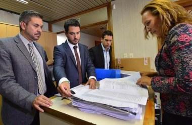 Papeles. En primer plano, Barbato y Martínez Zapata hacen la denuncia formal ante la Procuración General.