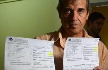 Comparación. Uno de los afectados por el incremento muestra las facturas con las diferencias.