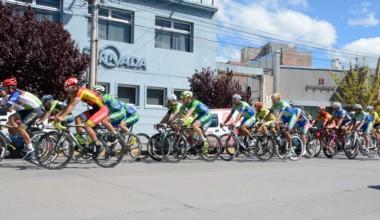 Momento en que los ciclistas bajan por Yrigoyen hasta la rotonda 5 de octubre, en el inicio de la primera etapa.