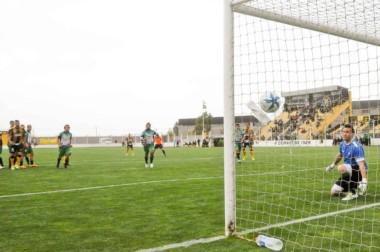 """El arquero de Villa Mitre observa como ingresa el balón en uno de los tantos del """"Depo""""."""