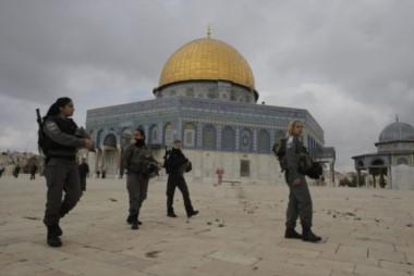 Una mezquita en el corazón de la ciudad santa, custodiada por fuerzas de seguridad israelíes.