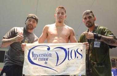 Una bandera con fe. Ezequiel Matthysse junto a su tío Lucas Matthysse y su entrenador Mario Narváez.