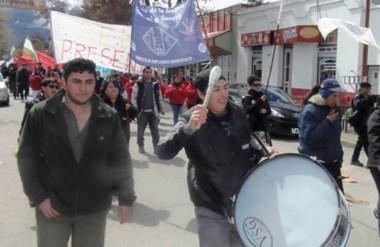 Bombos. La columna de municipales salió a las calles esquelenses para presionar por su aumento.