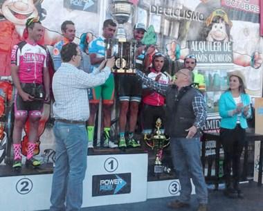 Adrián Maderna y José María Sáez en el momento de la premiación a los ciclistas que lograron los puestos de vanguardia de la Vuelta al Valle.