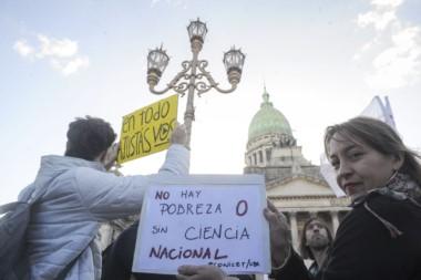 Cientos de científicos, docentes y estudiantes marcharon frente al Congreso reclamando por más fondos para el conocimiento.