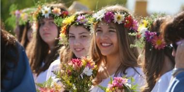 Las niñas participantes del Gorsedd lucen bellas flores en su pelo para la danza tradicional.