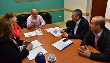 Cumbre. El jefe comunal con los funcionarios provinciales en Madryn.