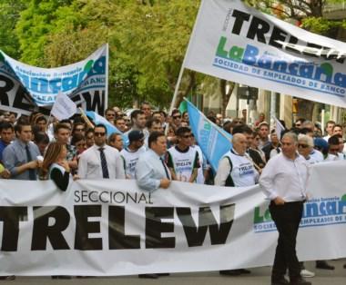 Reclamo. Los bancarios se hicieron sentir para pedir por sus derechos también en las calles de Trelew.