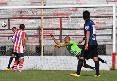 Exquisitez y potencia. Kevin Garay convierte el segundo gol de Racing con un supremo remate realizado dentro del área.
