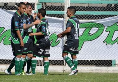 """Blas Sosa, en el centro de los abrazos. El jugador de la cantera germinalista abrió ayer el marcador ante 25 de Mayo, en """"El Fortín""""."""