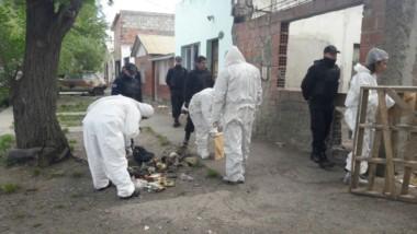 Policía científica trabajó en la vivienda donde encontraron los restos (foto La Opinión Austral)