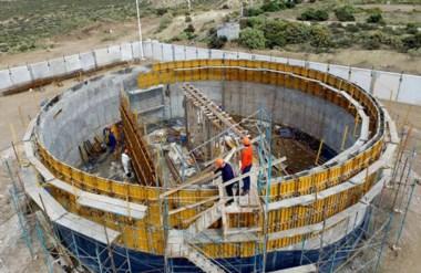 Cisterna. Una postal de la obra que dotará de agua potable a decenas de familias de Puerto Madryn.
