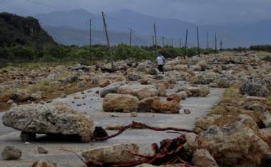 Devastador. Las olas de Matthews arrancaron pedazos de arrecifes y los tiraron sobre una ruta en Cuba.