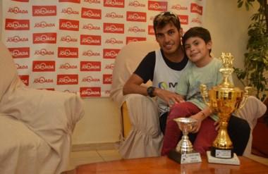 Haro posó con los trofeos ganados en Puerto  Deseado, y su hijo Tiziano. Ganó una carrera de 13 kilómetros.