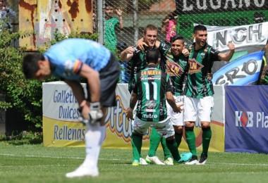 """""""Gomito"""" Gómez y Melo en el final los goles para el equipo de Mataderos."""