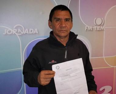 Morales tiene en mano la notificación de la baja del plan de empleo.