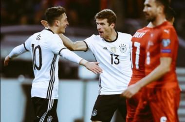 Ozil y Müller festejan uno de los tantos en la goleada de Alemania sobre República Checa.
