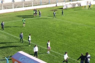 Los jugadores y el cuerpo técnico de los mendocinos festejan uno de los goles.