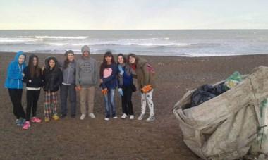 """Limpieza de Playita. Así se llama el grupo en Facebook. En la foto, voluntarios que colaboraron en limpiar el Balneario. PIden que """"se sumen""""."""