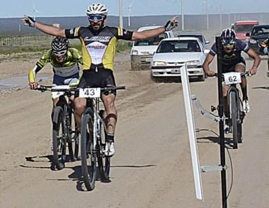 Fernando Barroso arribando a la meta, en la Ruta 1, acceso a Rawson.