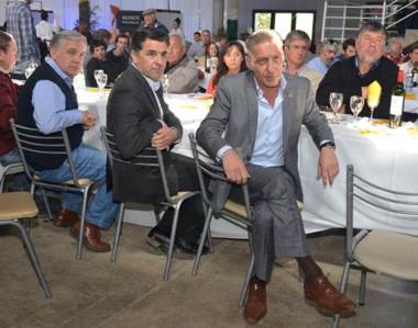 Comida. Desde la derecha, Arcioni, el ministro Alonso y Javier Trucco, titular de la Federación, en el acto de Esquel.