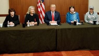 Donald Trump se reúne con 4 mujeres que acusan a Bill Clinton de acoso sexual.