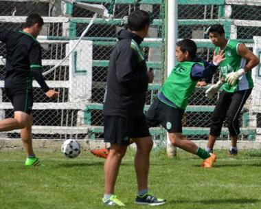Blas Sosa patea un balón mientras Pedro Bravo González supervisa la práctica de ayer en El Fortín.