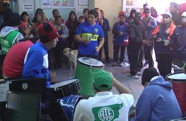 Hinchada. Los empleados protestan dentro del hall del municipio capitalino por la falta de respuestas.