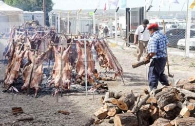 A fuego lento.  Los asadores trabajaron duro y parejo cocinando de a montones los corderos de la Fiesta.