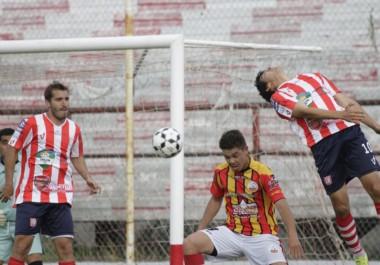 Bataller convirtió el primer gol de Racing Club ayer, con un exquisito remate cruzado que superó la resistencia del golero visitante.
