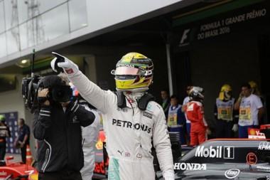 Hamilton se impone a Rosberg y logra