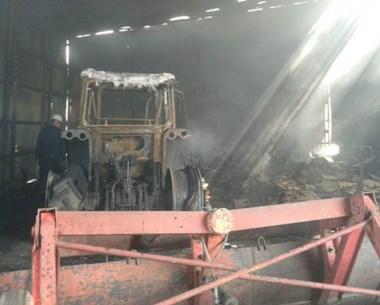El foco ígneo destruyó máquinas agrícolas y tractores de cosecha.