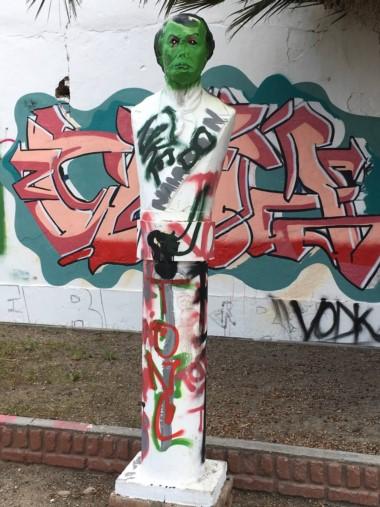 El busto de Juan Bautista Alberdi, totalmente destruido por el vandalismo. (Facebook)