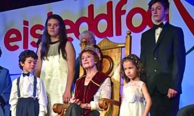 """Cecilia Glanzmann coronada por el poema titulado """"Parición"""" que fue elegido  por el jurado como el mejor poema del Eisteddfod 2016."""