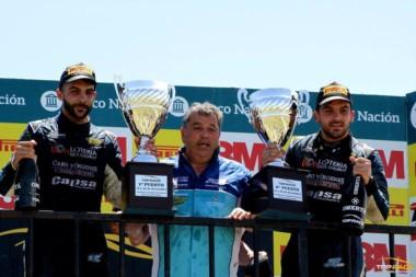 Roberto Valle, el director del RV Racing Sports, subió a festejar con sus hijos el 1-2 en el podio.