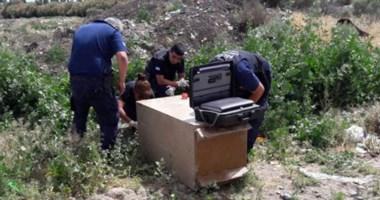 Personal policial de Criminalística trabajando en el lugar con la caja fuerte hallada en el barrio Amaya.