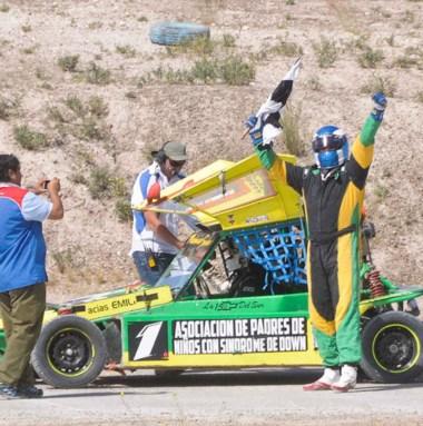 Sacale una foto. Brazos en alto para Aldo Yorio, el bicampeón de los 4 Cilindros. Ayer ganó de punta a punta la final y retuvo el