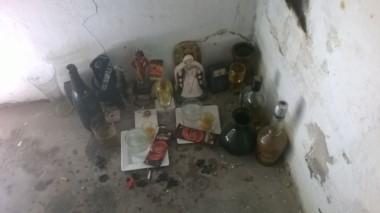 Varios de estos altares improvisados se encontraron en una propiedad