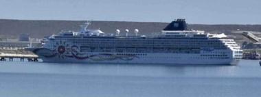 Una de las clásicas postales del Golfo Nuevo y la majestuosidad del cruceros Norwegian Sun.