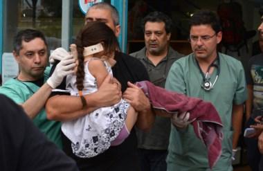 Momentos en que la nenita era trasladada al hospital. Por suerte, se recupera favorablemente.