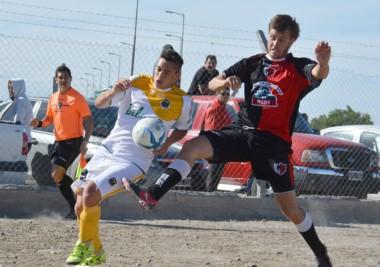Morán, autor del tercer gol de La Ribera, intenta controlar el balón.