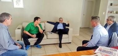 Temprano. Entre mates, Das Neves recibió el informe detallado de sus funcionarios tras la toma.