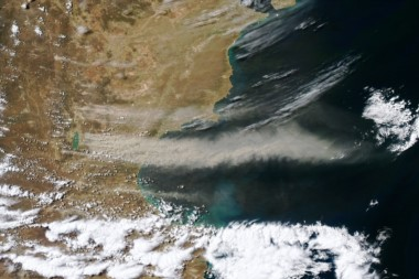 La nube de polvo viaja kilómetros mar adentro (foto @NASAEarth)